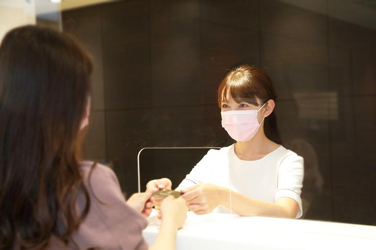 受付スタッフの常時「マスク着用」でのご対応、パーテーションの設置